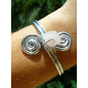 Doble-spirale bracelet with natural stone bead