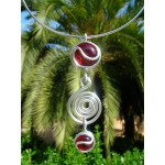 "Pendentif ""point d'interrogation"" rouge translucide"