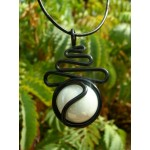 "Pendentif ""zig-zag"" de la collection black is black et verre blanc"