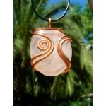"""Grand pendentif """"arabesque"""" en cuivre avec galet de quartz rose"""