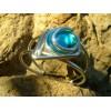 Bracelet aux lignes futuristes avec verre coloré