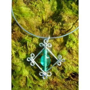 """Pendentif """"losange celtique"""" avec perles en verre d'Inde"""