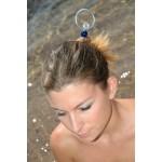 """Pic à cheveux """"Créole"""" porté avec perle bleue foncée"""