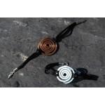 """Bracelet """"spirale martelée"""" sur cordon noir satiné"""