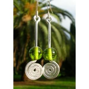 Boucles d'oreilles avec spirales martelées et perles en  verre
